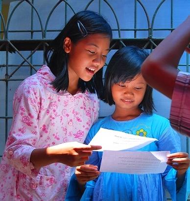 Zwei Mädchen lesen ein Theaterstück - Quelle: Pixabay