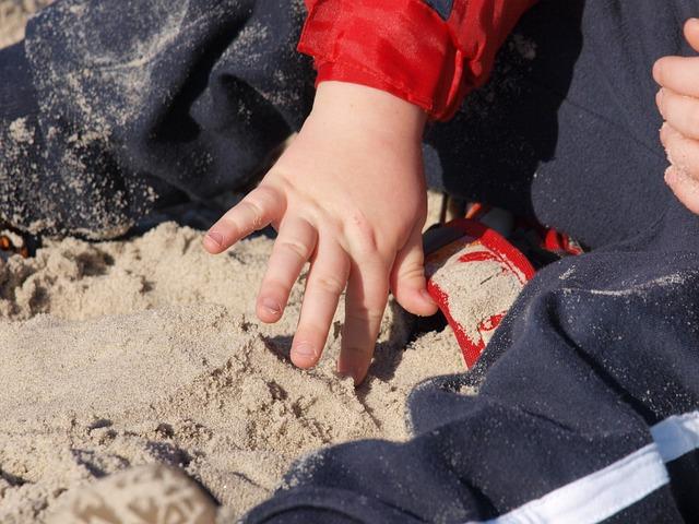 Spielendes Kind im Sand - Quelle: Pixabay